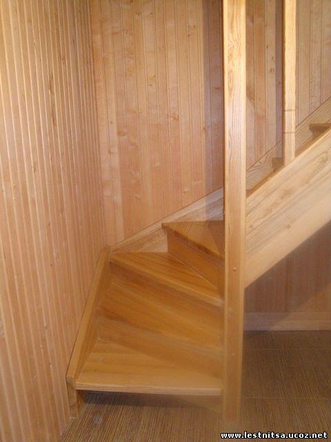 Деревянная лестница в баню