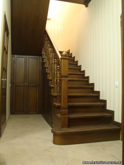 Ясеневая лестница закрытого типа