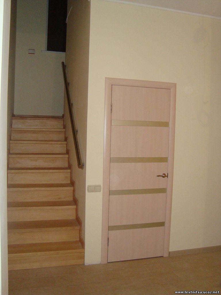 Лестница с металлическим перилом